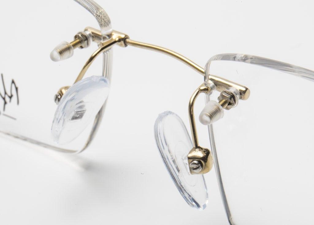 4725a3ac7d Además, las terminales de las varillas son ajustables, por lo que se  consigue una sujeción más firme de las gafas y una adaptación perfecta a  cualquier tipo ...