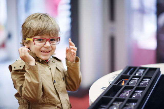 ¿Por qué mi hijo se marea con sus gafas nuevas?
