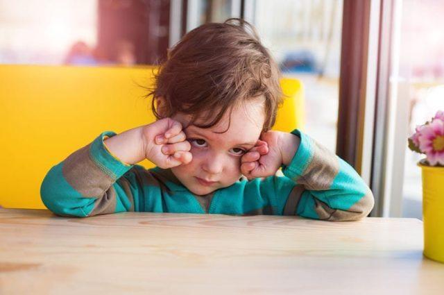 ¿Por qué mi hijo se frota los ojos a menudo?