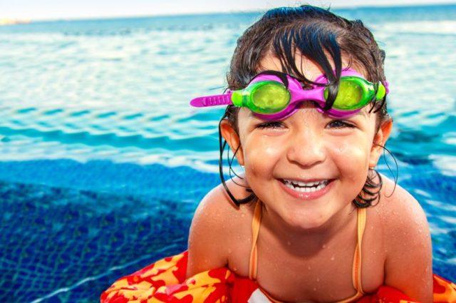 ¿Cómo afecta el cloro a los ojos de los niños?