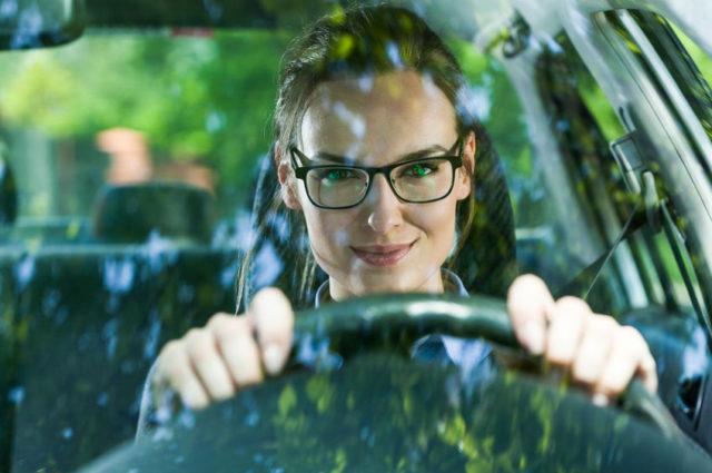 ¿Es obligatorio llevar gafas de repuesto para conducir?