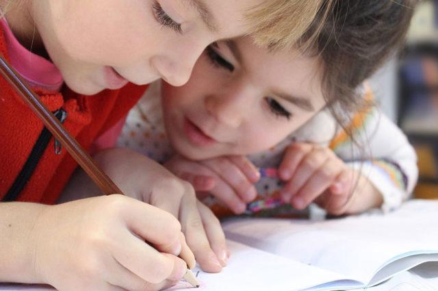 Cómo cuidar la vista de tus hijos al hacer los deberes